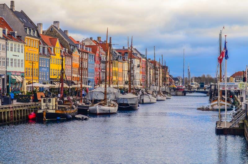 Weergeven van Nyhavn-pijler met kleurengebouwen en schepen in Kopenhagen, Denemarken royalty-vrije stock fotografie