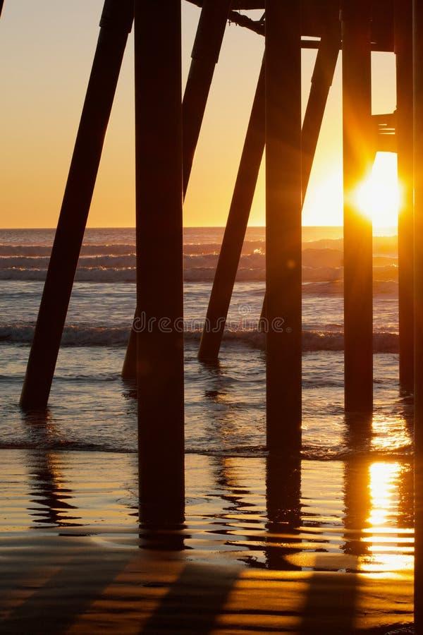 Weergeven van onder de pijler tijdens zonsondergang royalty-vrije stock afbeelding