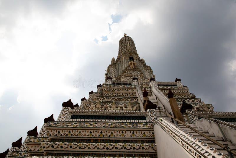 Weergeven van onderaan van de Wat Arun-tempel in Bangkok met de hemel op de achtergrond stock foto's