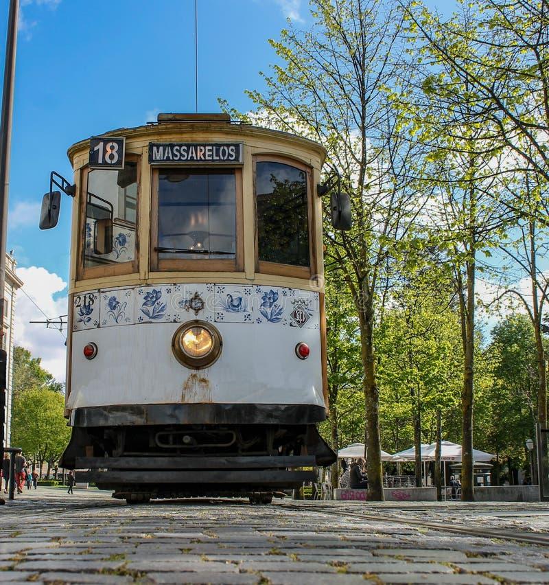 Weergeven van onderaan, van Porto tram in Portugal wordt tegengehouden, Europa dat stock afbeelding