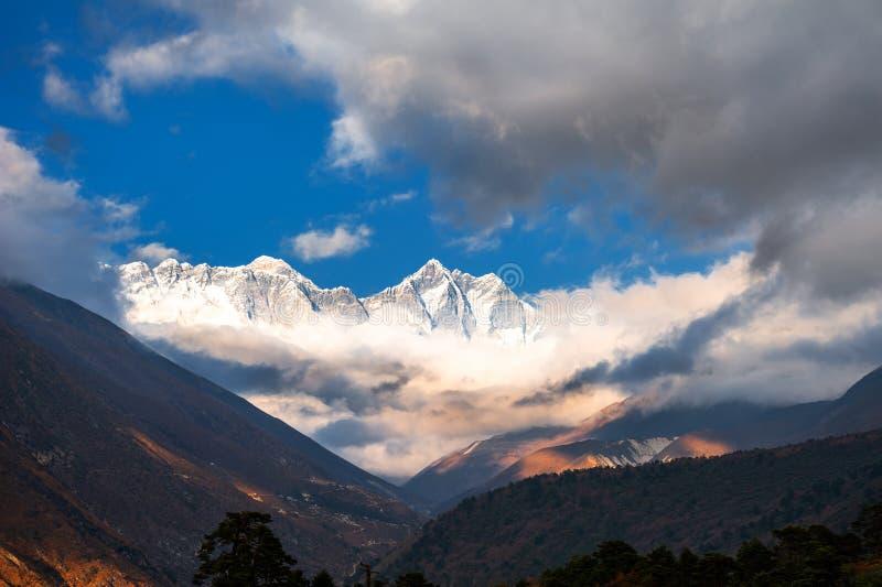 Weergeven van Onderstel Everest, Lhotse en Nuptse in Himalayagebergte, Nepal stock fotografie