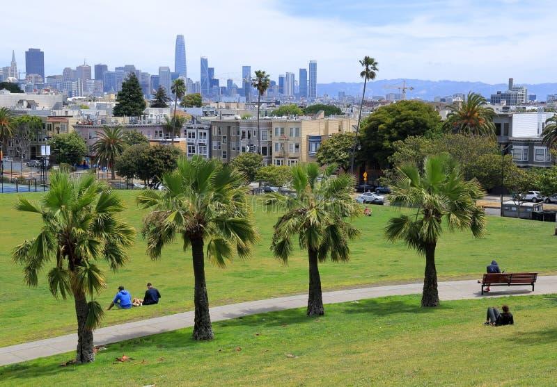 Weergeven van Opdracht Dolores Park met San Francisco Van de binnenstad op Achtergrond stock afbeeldingen