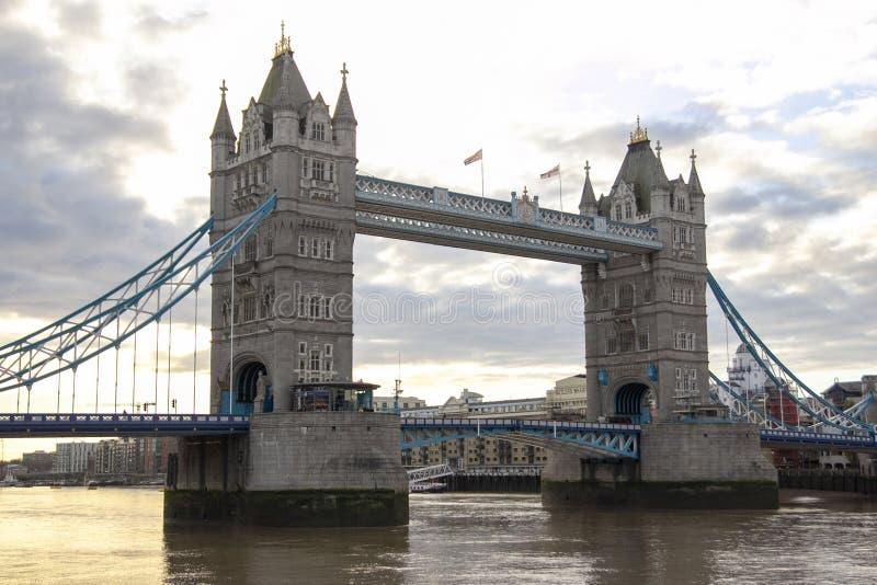 Weergeven van oriëntatiepunt de torenbrug in Londen bij het UK royalty-vrije stock foto