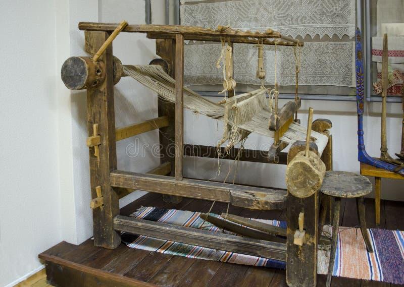 Weergeven van oud houten weefgetouw Karelië stock fotografie