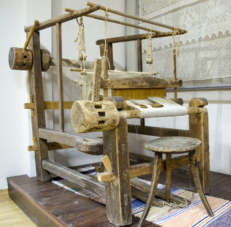 Weergeven van oud houten weefgetouw Karelië stock afbeeldingen