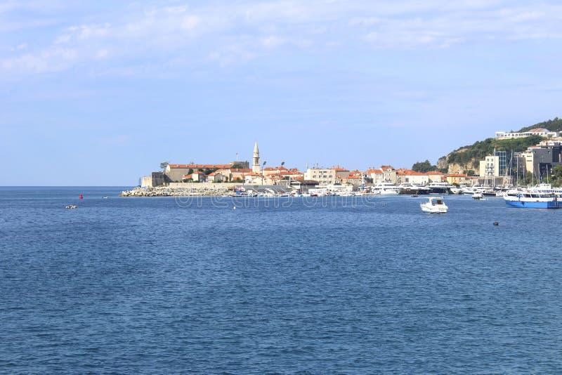 Weergeven van oude Budva van overzees montenegro royalty-vrije stock foto's