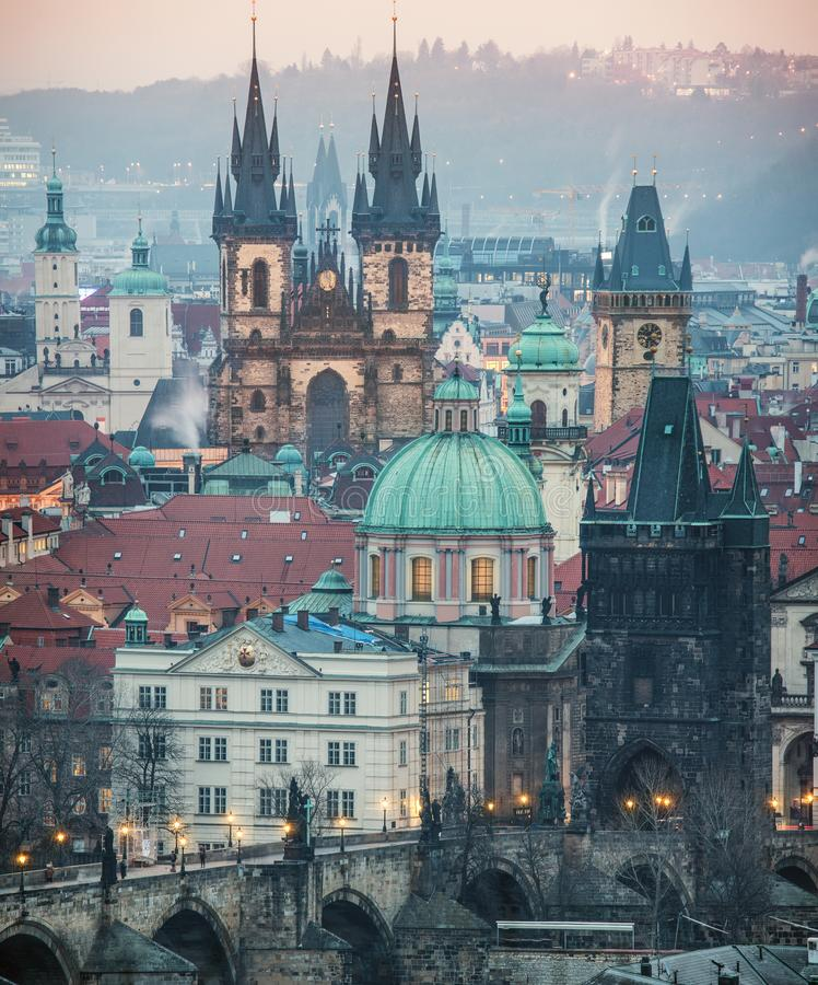 Weergeven van Oude Stadsvierkant en Tyn-kerk in Praag royalty-vrije stock foto's
