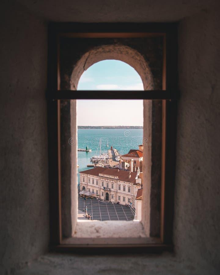 Weergeven van overzees door het venster stock foto