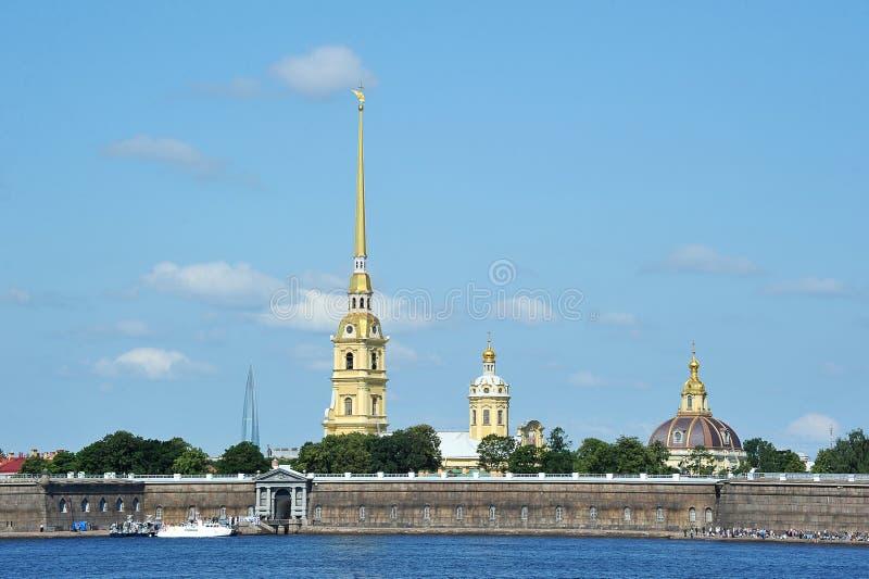 Weergeven van Peter en van Paul vesting van de Neva-rivier in St. Petersburg royalty-vrije stock fotografie