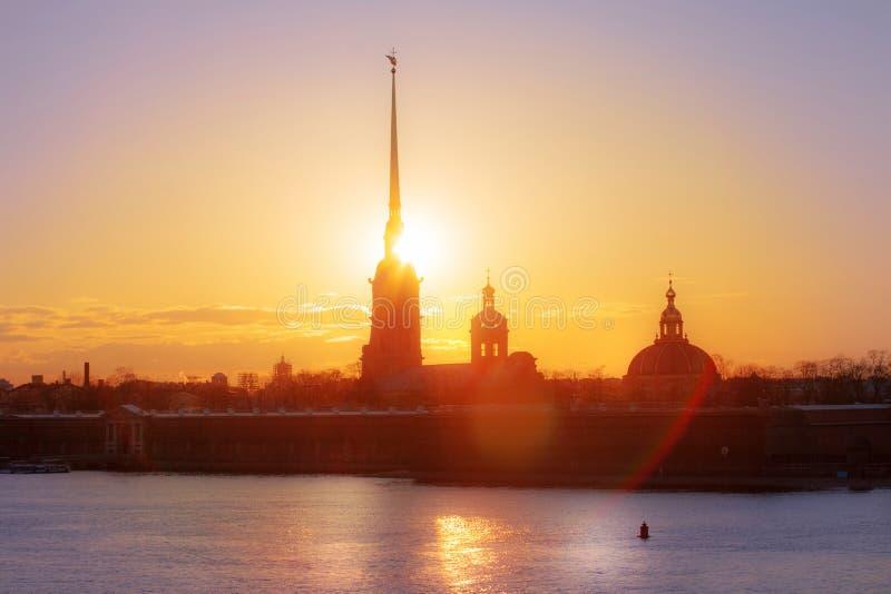 Weergeven van Peter en van Paul vesting in de zonsondergang, St. Petersburg, Rusland royalty-vrije stock afbeeldingen