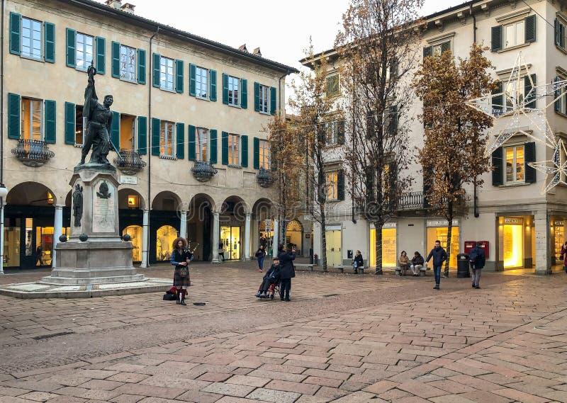 Weergeven van Podesta-Vierkant met monument aan Giuseppe Garibaldi en straatkunstenaar dichtbij, bij middag in centrum van Varese stock afbeeldingen
