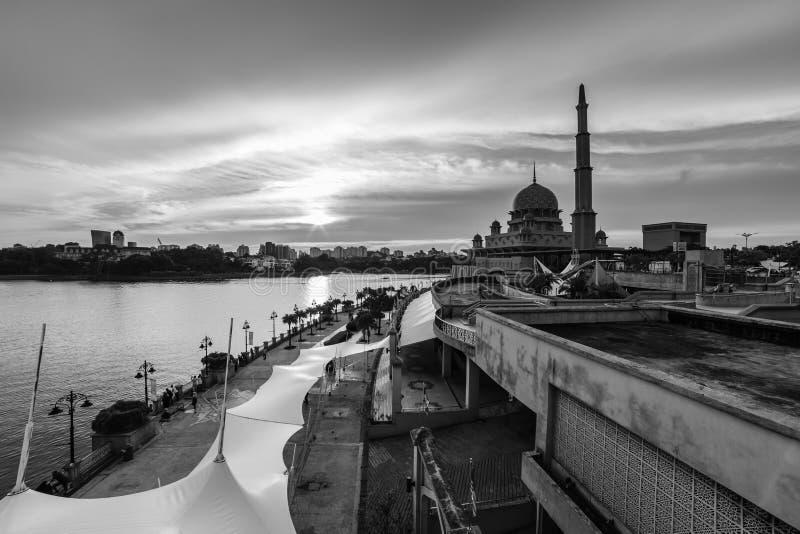 Weergeven van putramoskee, putrajaya, Maleisië tijdens zonsondergang royalty-vrije stock foto's