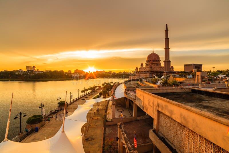 Weergeven van putramoskee, putrajaya, Maleisië tijdens zonsondergang royalty-vrije stock afbeeldingen
