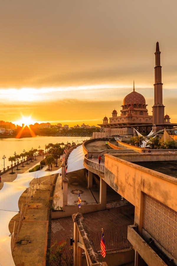 Weergeven van putramoskee, putrajaya, Maleisië tijdens zonsondergang stock foto
