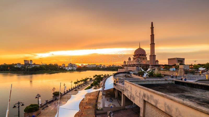 Weergeven van putramoskee, putrajaya, Maleisië tijdens zonsondergang stock fotografie