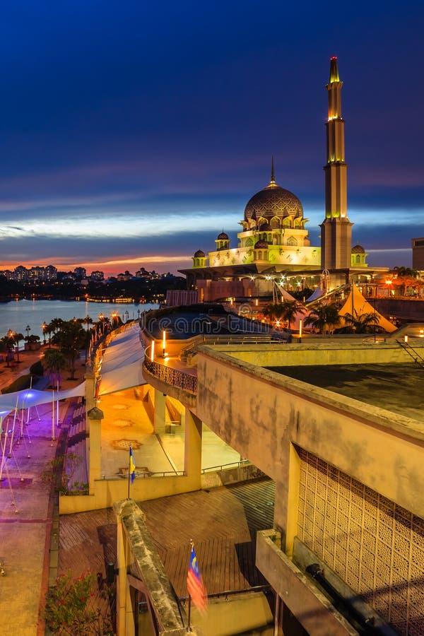 Weergeven van putramoskee, putrajaya, Maleisië tijdens zonsondergang stock foto's