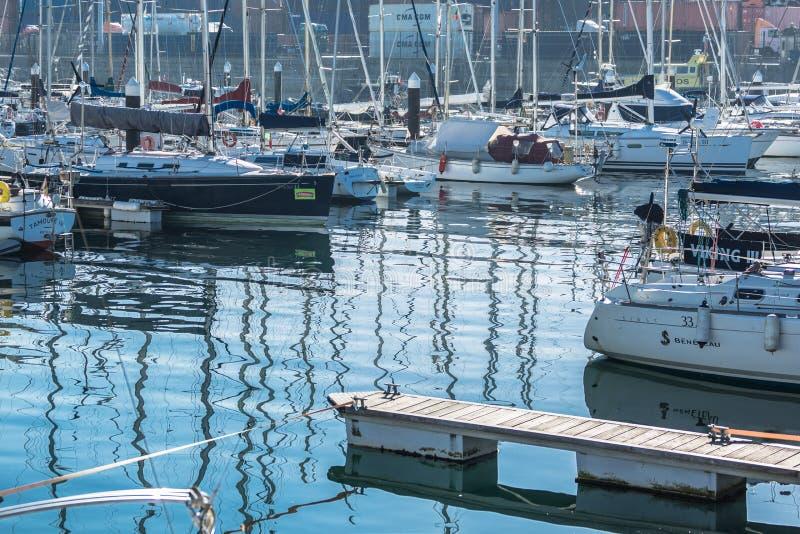 Weergeven van recreatieve en privé boten in de jachthaven van Leca DA Palmeira royalty-vrije stock afbeeldingen