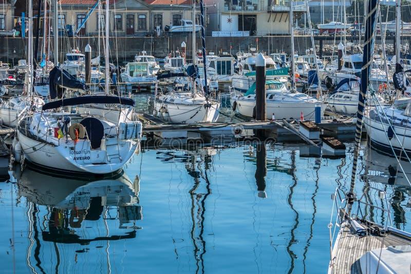 Weergeven van recreatieve en privé boten in de jachthaven van Leca DA Palmeira stock foto