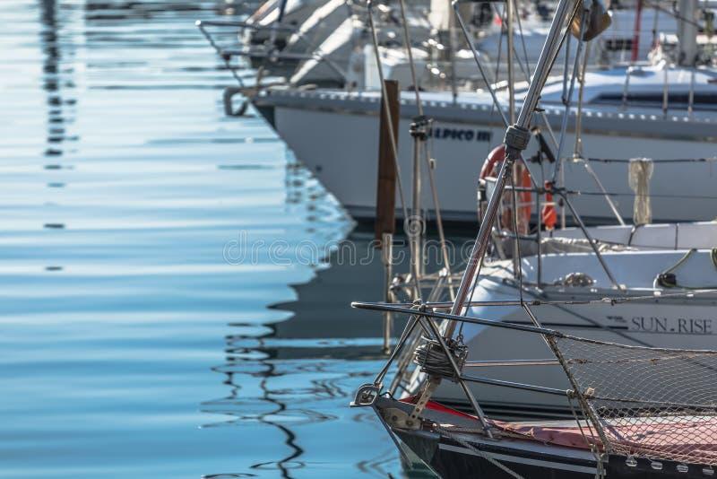 Weergeven van recreatieve en privé boten in de jachthaven van Leca DA Palmeira stock afbeelding
