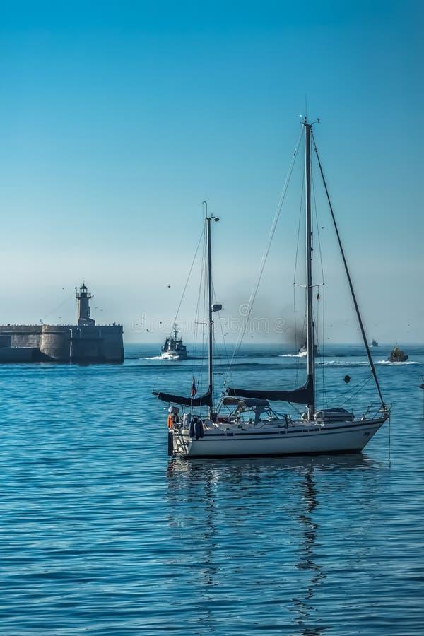 Weergeven van recreatieve en privé boten in de kust van Leca DA Palmeira stock afbeeldingen