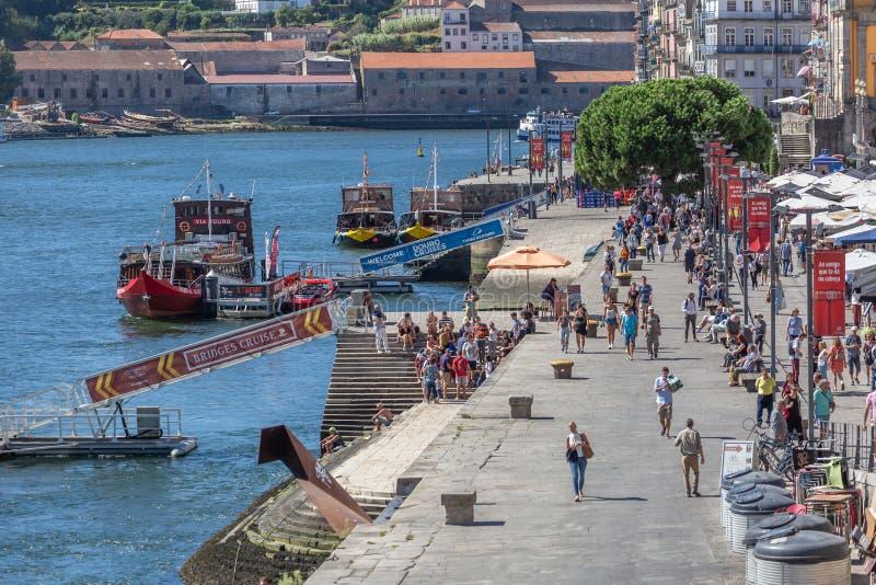 Weergeven van Ribeira dokken op Porto de stad in, met toeristenmensen, recreatieve boten, Douro-rivier en gebouwen stock foto's