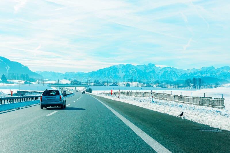 Weergeven van rijweg met auto in Zwitserland in de winter stock foto's