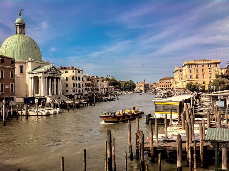 Weergeven van rivier die door Venetië vloeien royalty-vrije stock afbeeldingen