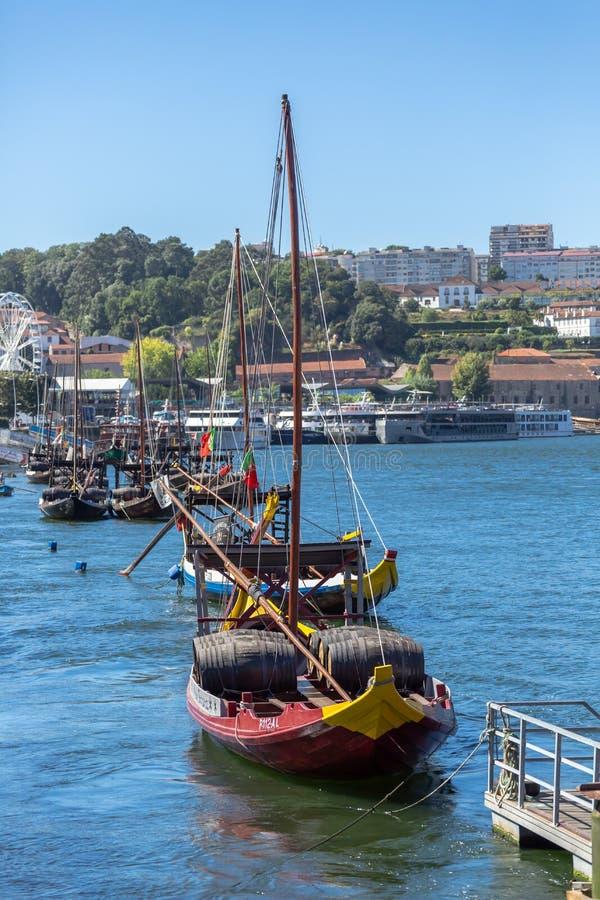 Weergeven van rivier Douro, met Rabelo-boten op de stadsdokken van Gaia stock afbeeldingen