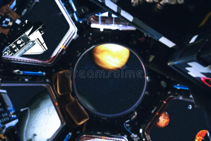 Weergeven van ruimteveer en Zonnestelselplaneten van ruimtestation royalty-vrije illustratie