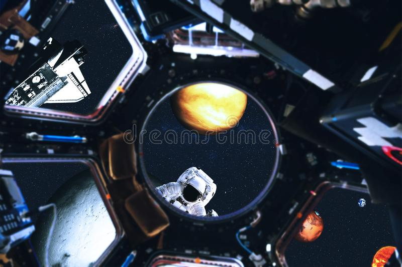 Weergeven van ruimteveer en Zonnestelselplaneten van ruimtestation royalty-vrije stock fotografie