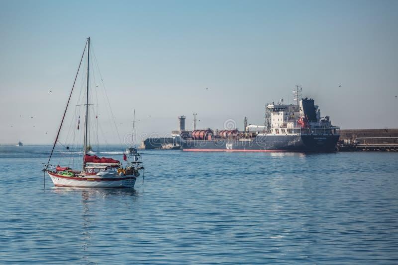 Weergeven van schip dichtbij de zeedijk en kleine boot in het overzees van †‹â€ ‹Leca DA Palmeira stock foto's
