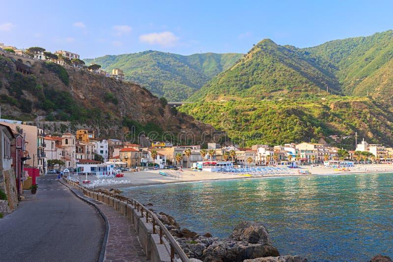 Weergeven van Scilla-strand, een klein vissersdorp met mooi water en bergen die de stad in Calabrië Italië omringen royalty-vrije stock fotografie