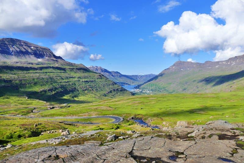 Weergeven van Seydisfjordur vanaf bovenkant van de bergpas royalty-vrije stock fotografie