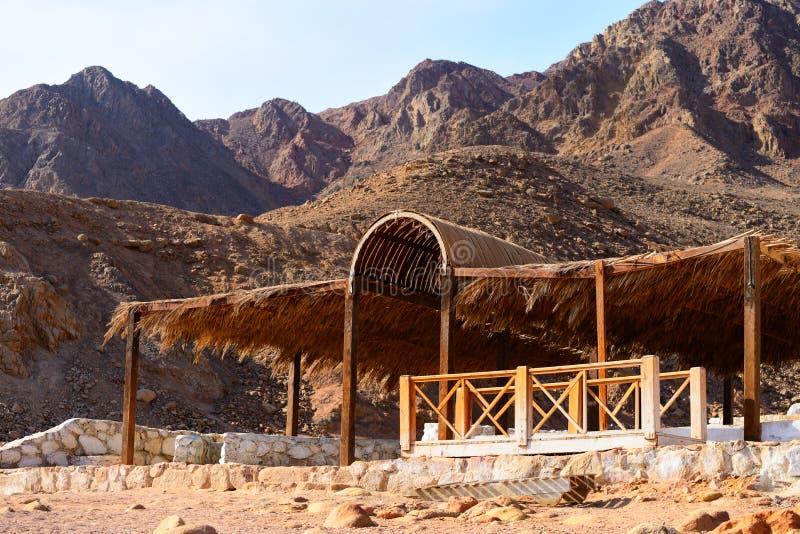 Weergeven van Sinai bergen in Abu Galum dichtbij Dahab in Egypte stock foto's