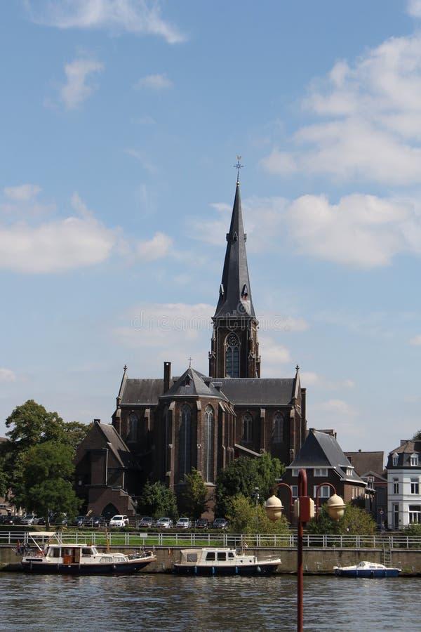 Weergeven van sint-Martinuskerk Maastricht en Maas rivier royalty-vrije stock foto's