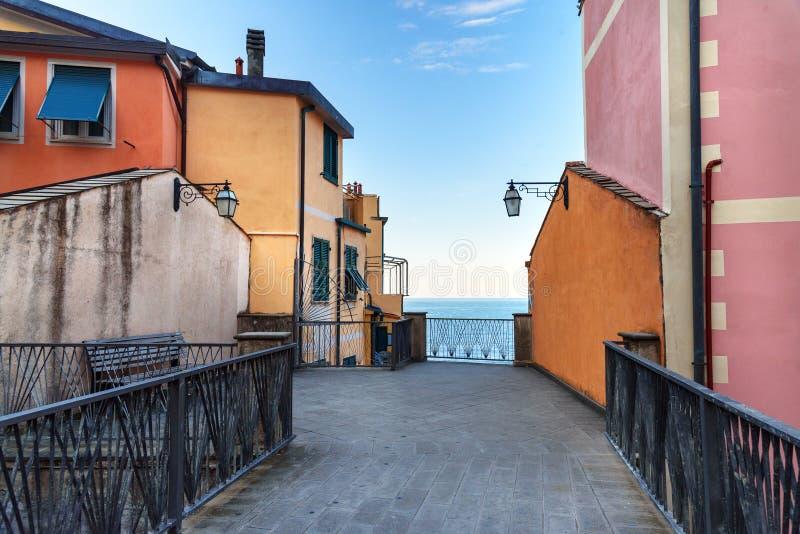 Weergeven van smalle straat dichtbij overzees in Riomaggiore, Cinque Terre Italië stock afbeeldingen