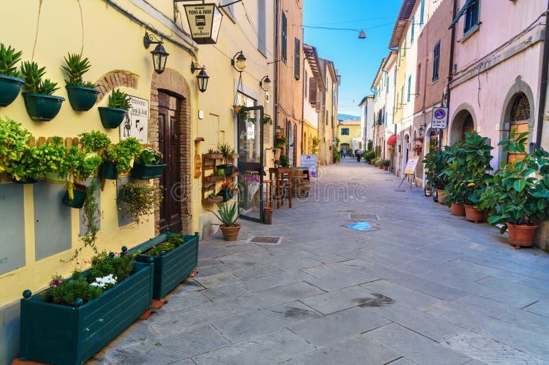 Weergeven van smalle straat in Orbetello op schiereiland Argentario toscanië Italië stock foto