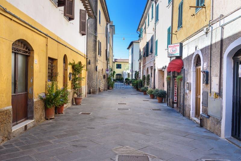 Weergeven van smalle straat in Orbetello op schiereiland Argentario toscanië Italië royalty-vrije stock foto's
