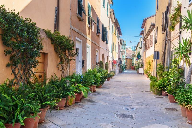 Weergeven van smalle straat in Orbetello op schiereiland Argentario toscanië Italië royalty-vrije stock foto