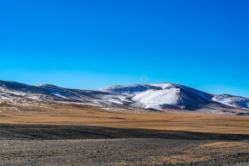 Weergeven van sneeuwberg tegen de blauwe hemel royalty-vrije stock fotografie