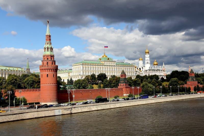 Weergeven van Sofia Embankment op de Rivier van Moskou, de Dijk en Moskou het Kremlin van het Kremlin met zijn gezichten royalty-vrije stock afbeelding