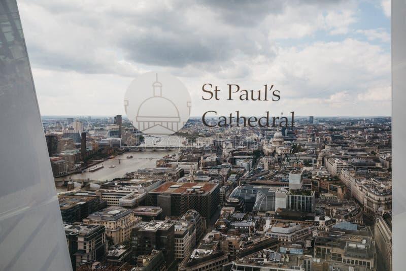 Weergeven van St Paul Kathedraal en de horizon van Londen van Hemeltuin, Londen, het UK royalty-vrije stock afbeelding