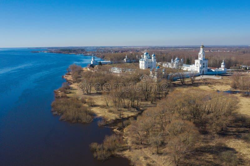 Weergeven van St Yuriev de luchtfotografie van Kloostertempels Veliky Novgorod, Rusland stock afbeelding