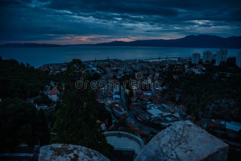 Weergeven van stad van kasteel Trsat met dramatische zonsondergang stock foto's