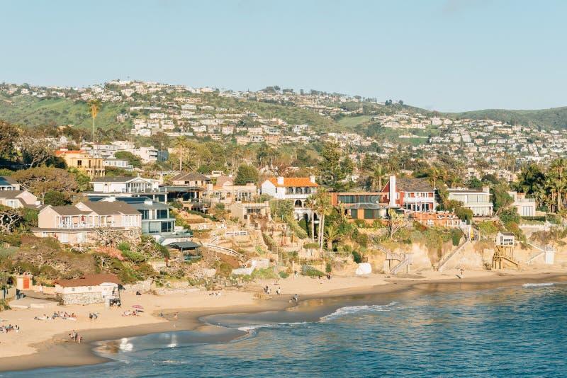 Weergeven van strand, huizen en heuvels van Crescent Bay Point Park, in Laguna Beach, Oranje Provincie, Californië stock fotografie