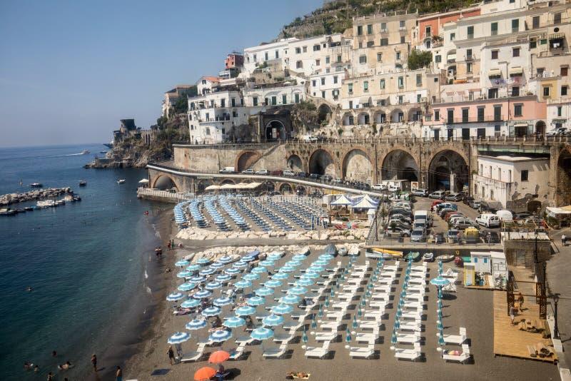 Weergeven van strand in Maiori, Amalfi kust, Italië stock foto's