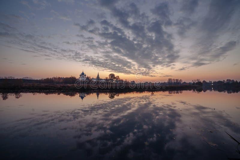 Weergeven van Suzdal het Kremlin op de Kamenka-Rivier bij zonsopgang wordt gevestigd die Gouden Ring van Rusland royalty-vrije stock foto