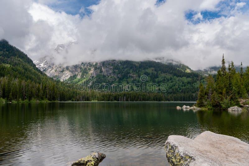Weergeven van Taggart Lake van Oever stock foto