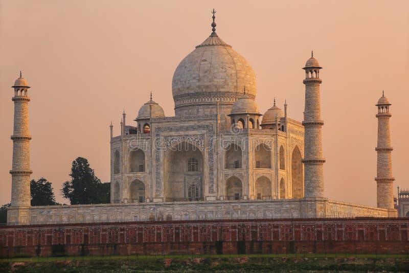Weergeven van Taj Mahal van de tuin van Mehtab Bagh in de avond, Agra, Uttar Pradesh, India stock foto's