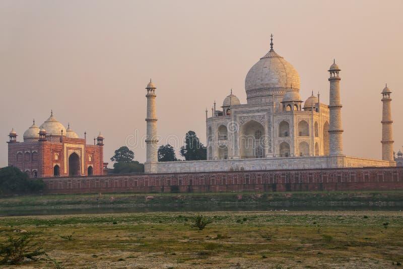 Weergeven van Taj Mahal van de tuin van Mehtab Bagh in de avond, Agra, Uttar Pradesh, India stock afbeelding